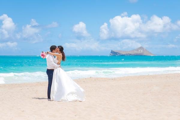 Hawaii-Wedding-Couple-on-the-Beach-2978