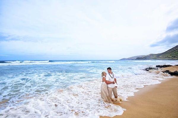 Hawaii-beach-wedding-at-Sandy-Beach,-Oahu
