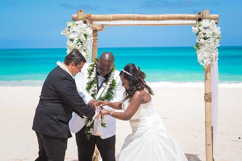 Hawaiian wedding sand ceremony on Oahu