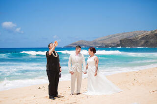 All inclusive hawaii wedding packages weddings of hawaii officiant and couple at a hawaii beach wedding junglespirit Images